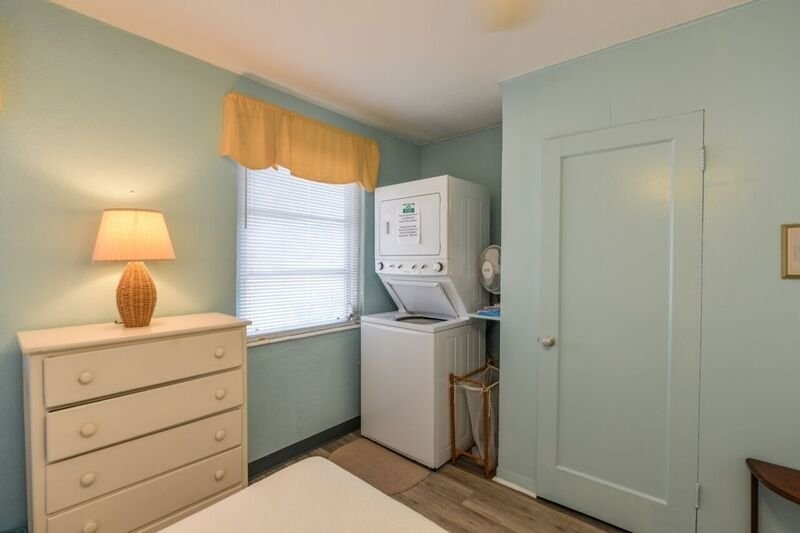TWIN BEDROOM WITH WASHER DRYER