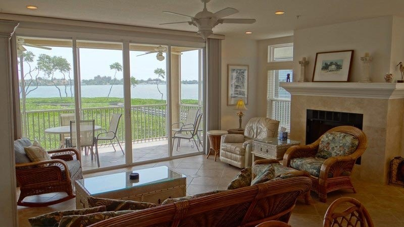 LIVING ROOM & BAY VIEW